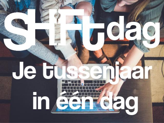 Jongeren wijzen naar laptop scherm met tekst Shiftdag je tussenjaar in een dag