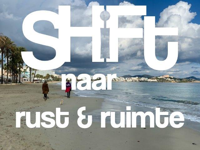 Foto strand en zee uitzicht op Ibiza stad met de tekst Shift naar rust en ruimte