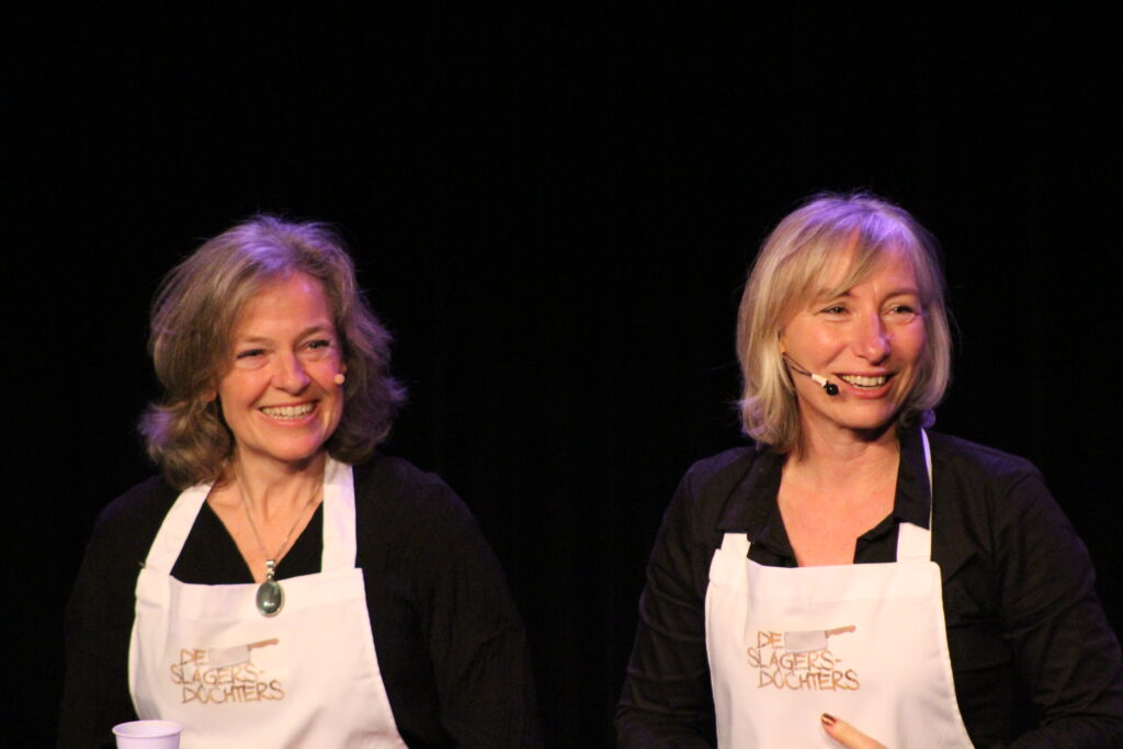 Linda Spaanbroek en Angela Mastwijk twee vrouwen met witte schorten om voor een zwarte achtergrond