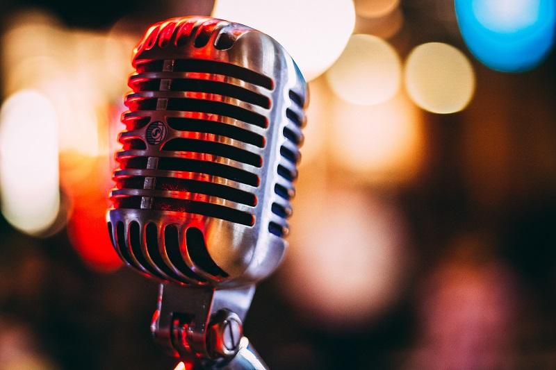 microfoon voor bokeh achtergrond met lichten
