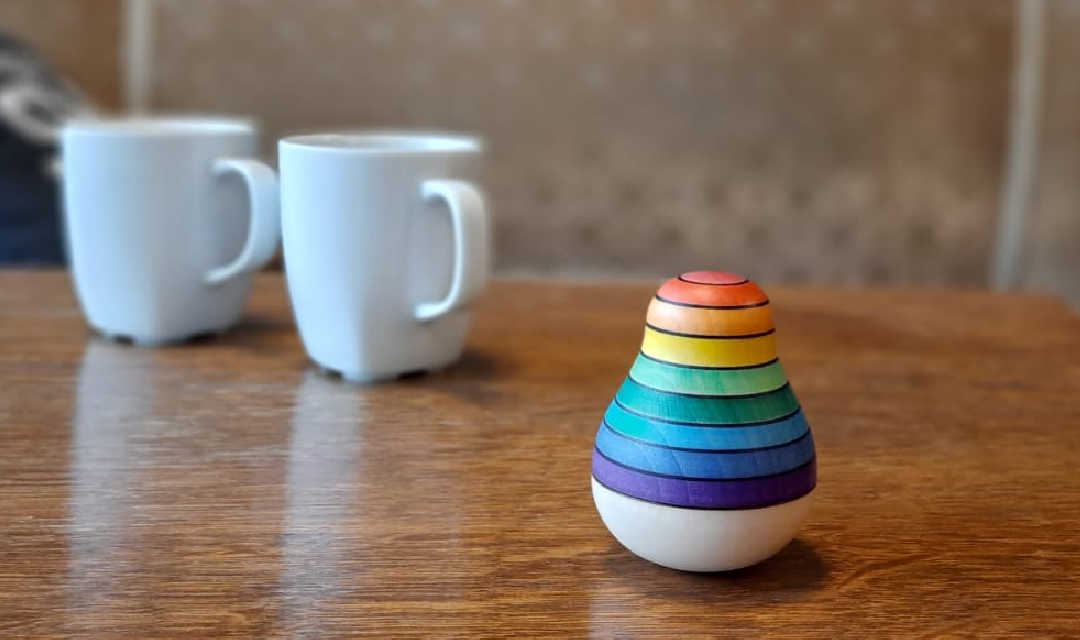 marmeren tafel waaraan twee mensen koffie drinken met de tekst stay in touch regelmatige begeleiding