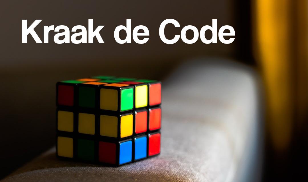 Bril op bureau met beelscherm met codes erop en tekst kraak de code intensieve begeleiding